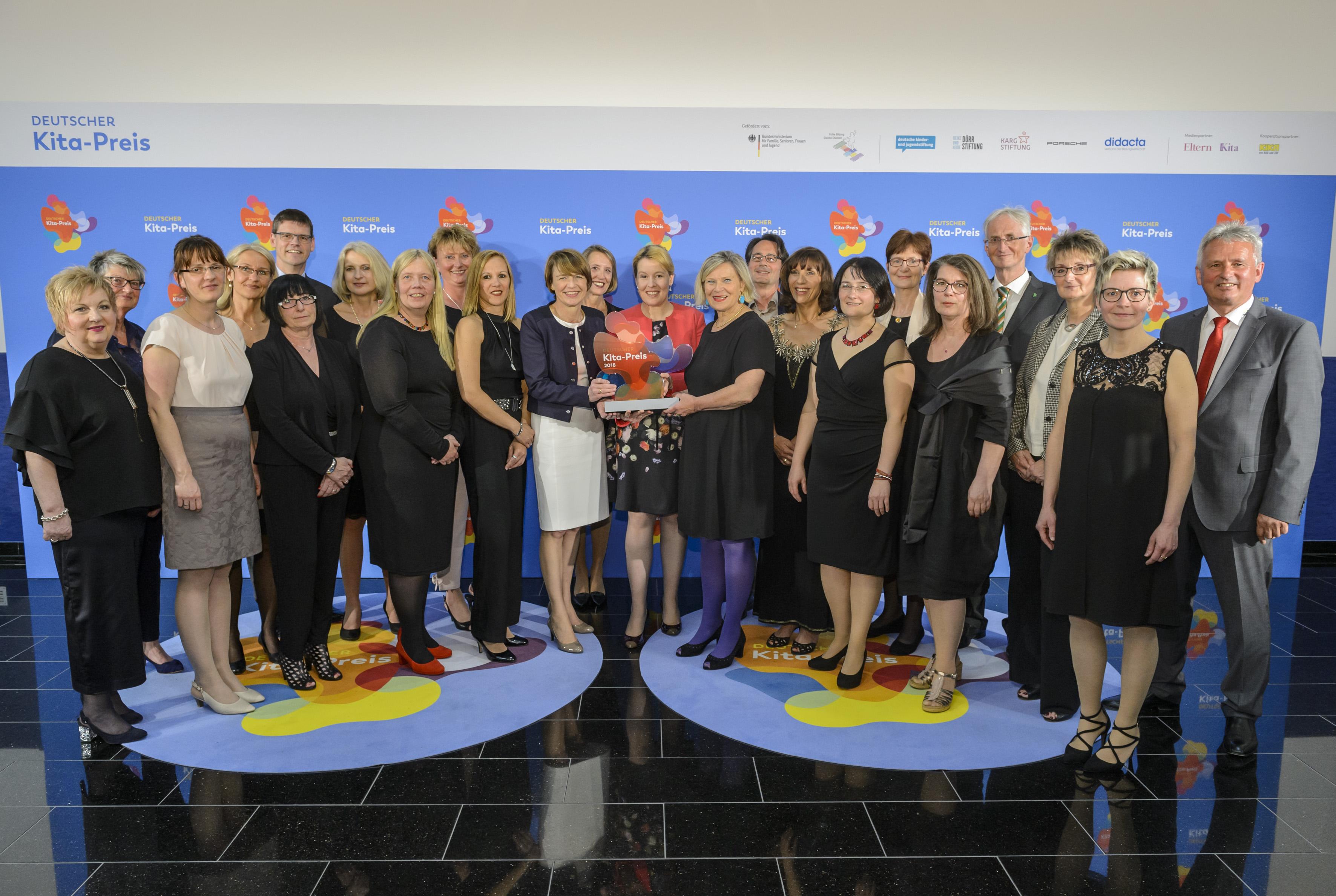 Finalisten stehen mit Dr. Franziska Giffey, Elke Büdenbender und Heike Kahl vor einer Pressewand